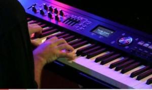 Michael Ernst beim Üben und Jammen auf dem Keyboard.